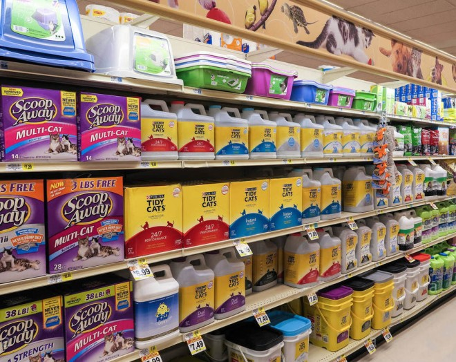 kitty-litter-area-pet-care-aisle-weis-supermarket-doylestown-pa-usa-FY4P1T-1